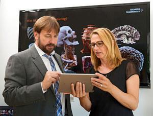 Projekt-Digitale-Anatomie, Prof. Scholz mit Frau Hofbauer im Gespräch